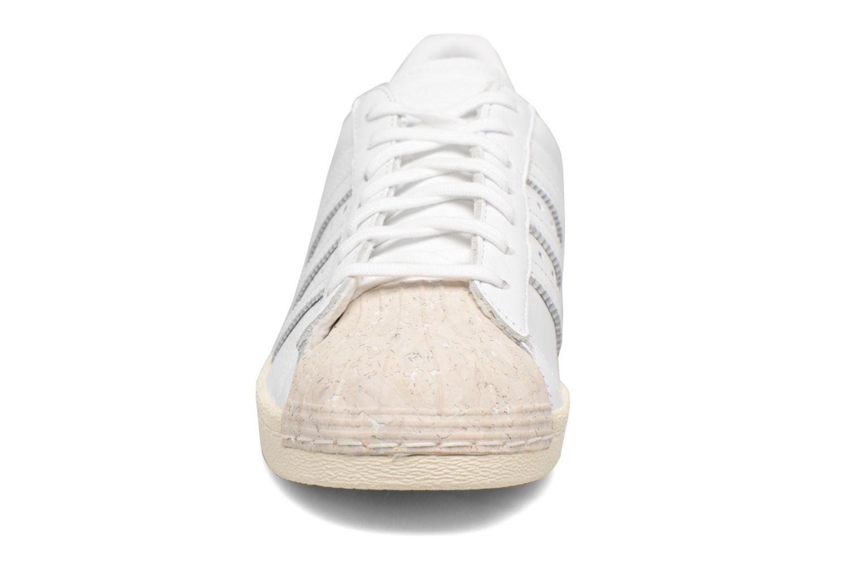 Baskets Adidas Originals SUPERSTAR 80s CORK Blanc vue portées chaussures