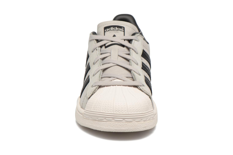 Baskets Adidas Originals SUPERSTAR FASHION C Gris vue portées chaussures