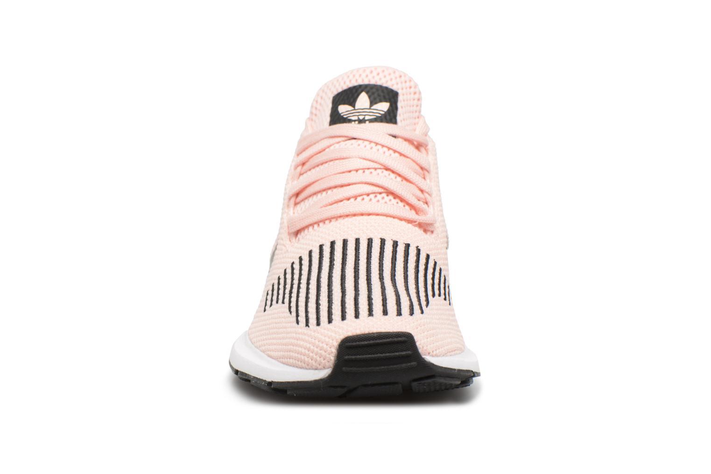 Sneakers Adidas Originals Swift Run J Rosa modello indossato