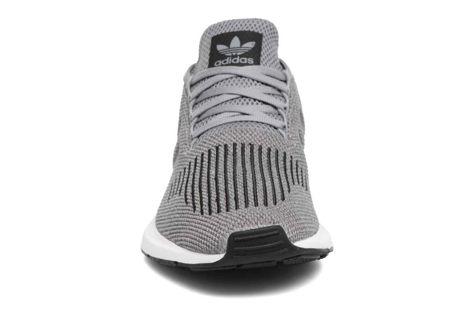 Baskets Adidas Originals Swift Run Gris vue portées chaussures