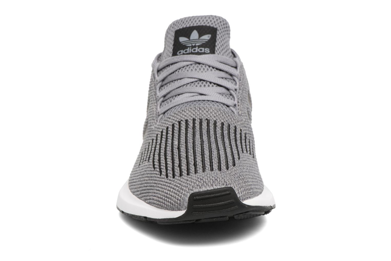 Baskets Adidas Originals Swift Run Gris vue portées chaussures
