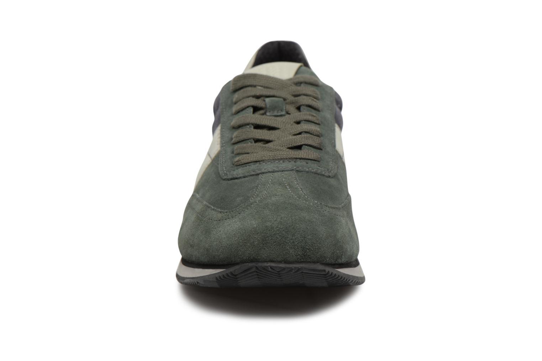 Sneakers Geox U VINTO B Verde modello indossato